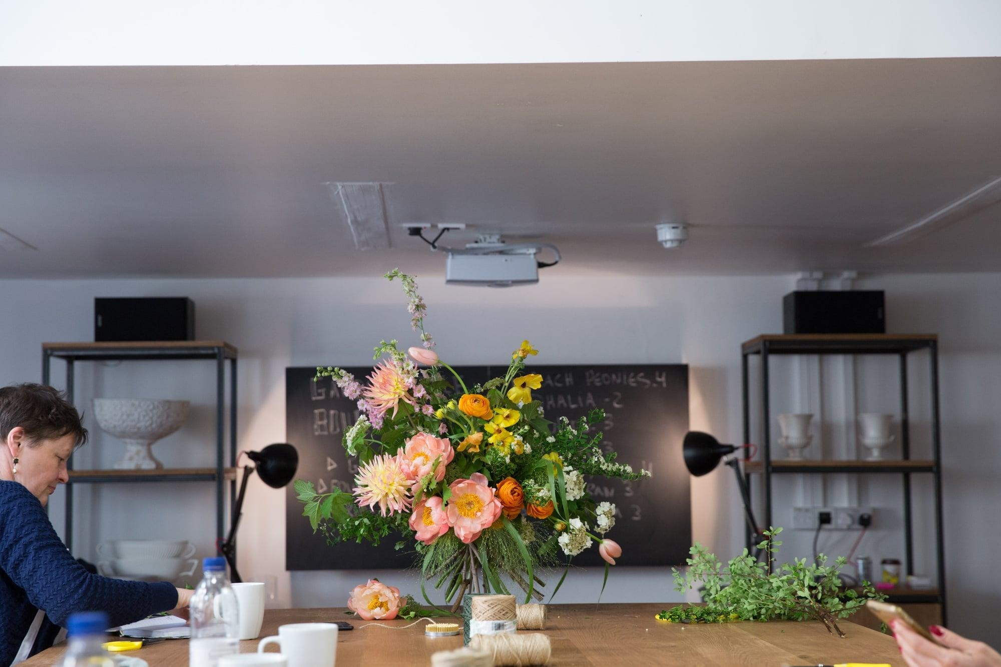 floristry_class_hand_tied_bouquet_masterclass_table_arrangement_london_flower_school_floristry_natural_style_bouquet