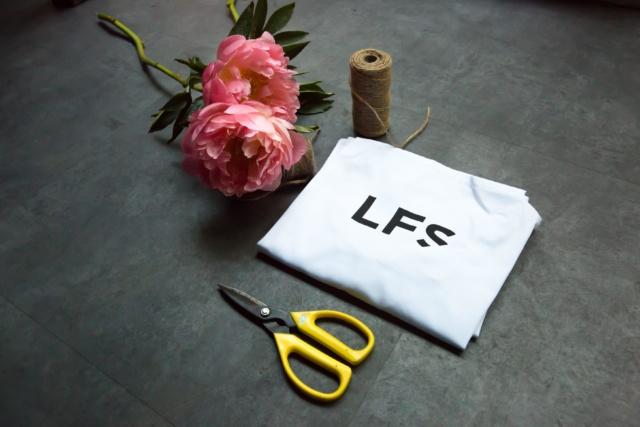 floristry_class_hand_tied_bouquet_masterclass_table_arrangement_london_flower_school_floristry_peonies_apron_scissors