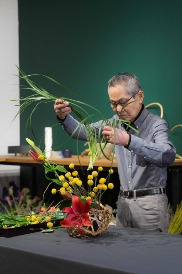 Mr_Suga_Sugetsu_Ikebana_Master_at_work